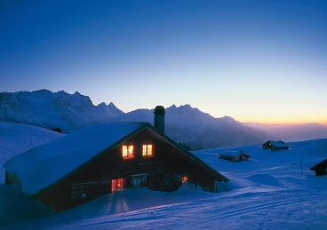 meiringen-hasliberg-Mountain-chalet-hotel-in-snow-evenings